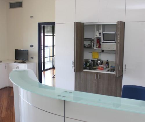 Cucine a scomparsa nascondere la cucina in ufficio - Cucine armadio a scomparsa ...